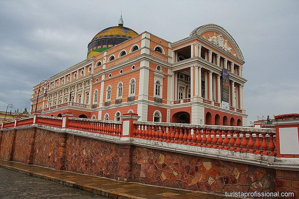 Teatro Amazonas parte externa 2 - Teatro Amazonas - símbolo de uma época áurea no meio da floresta