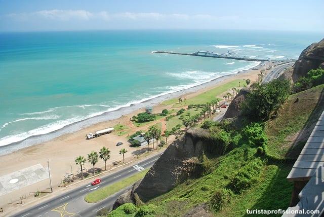 Ao fundo, avançando sobre o mar, o restaurante Rosa Náutica, muito famoso em Lima