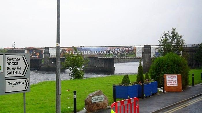 galway placas em galico - Dicas de intercâmbio na Irlanda, na linda Galway