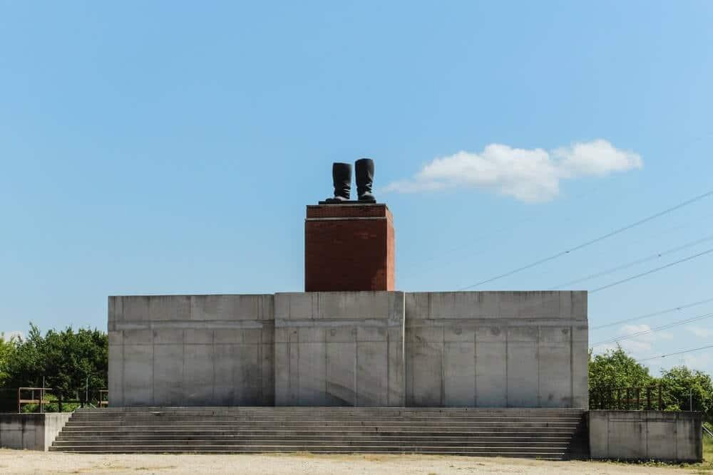 botas de lenin - Memento Park: o museu das estátuas de comunistas de Budapeste