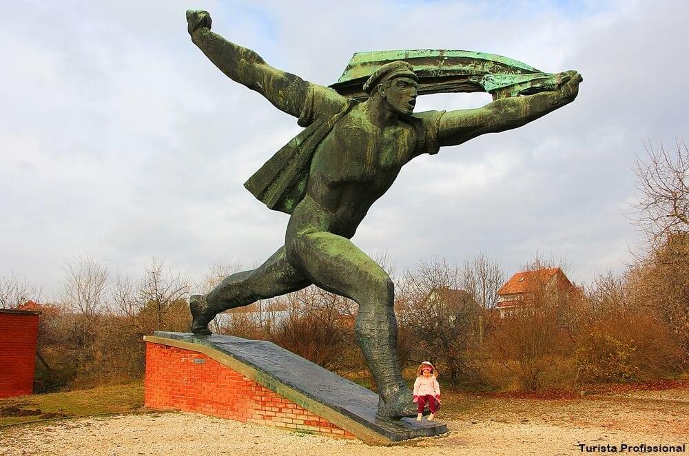 monumento a republica sovietica da hungria - Memento Park: o museu das estátuas de comunistas de Budapeste