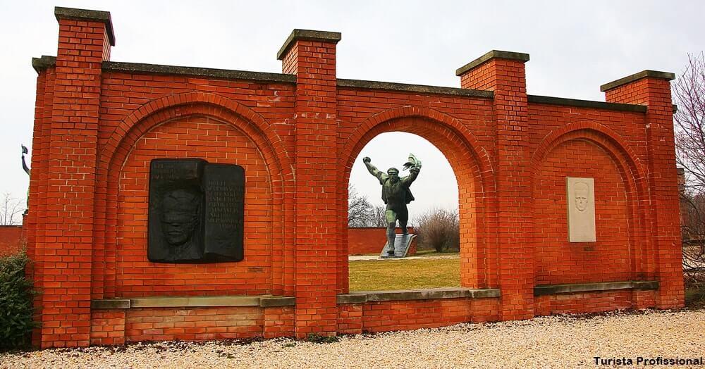 pontos turisticos de budapeste memento parque - Memento Park: o museu das estátuas de comunistas de Budapeste