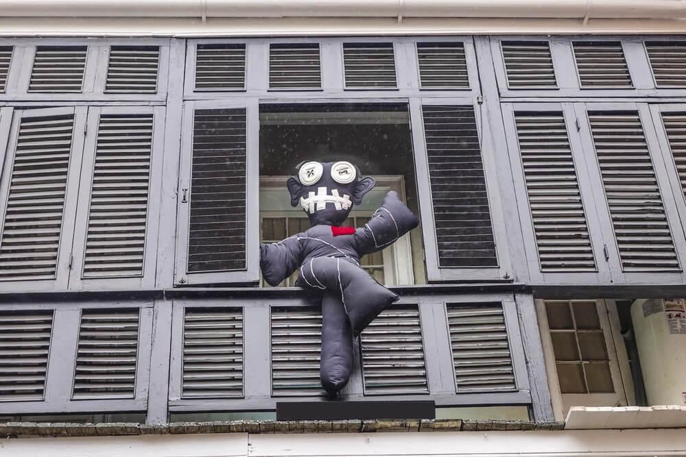 Boneco vodu em janela de de casa em New Orleans