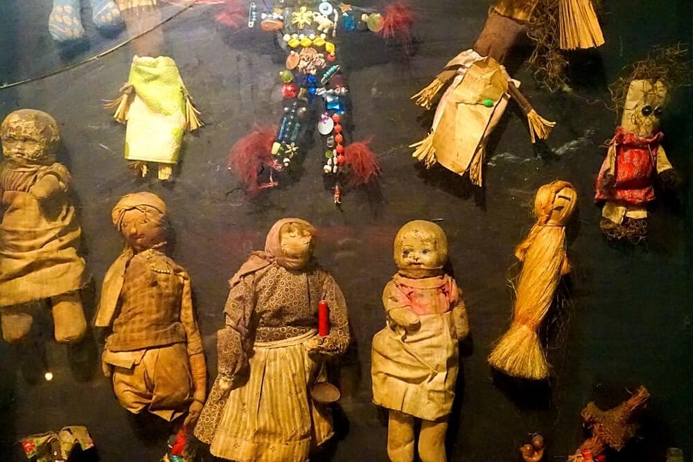 bonecos vodu em new orleans expostos no Historic Voodoo Museum