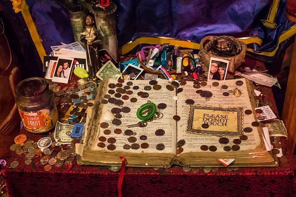Objetos de uso na religião Vodu no Museu do Vodu em New Orleans