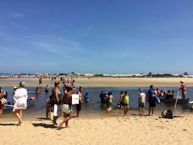 Atravessar o rio da praia da Guarda do Embaú