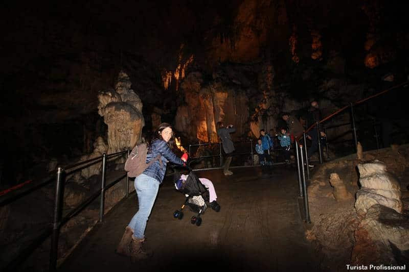 Caverna de Postojna com crianças