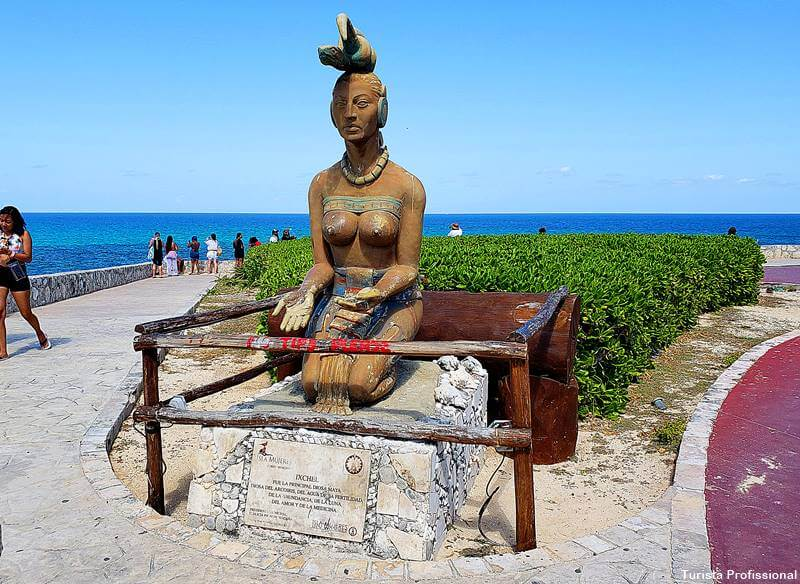 estátua da deusa Ixchel em Isla Mujeres