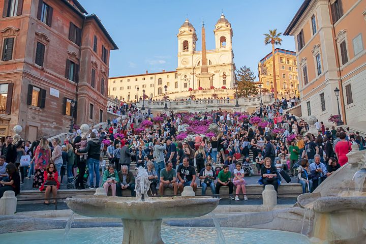 Multa em Roma a quem se sentar na escadaria da Piazza di Spagna