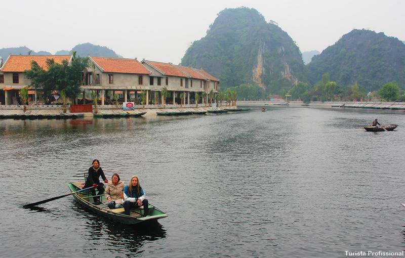 Passeio de barco no Vietnã
