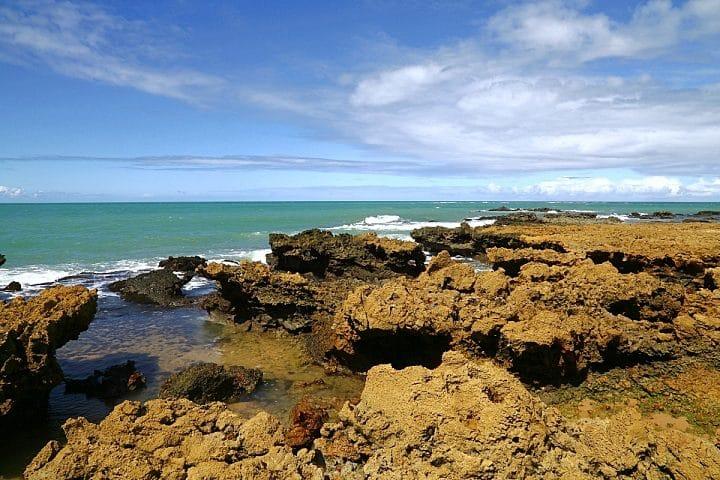Formações rochosas de origem vulcânicas formam verdadeiras piscinas naturais