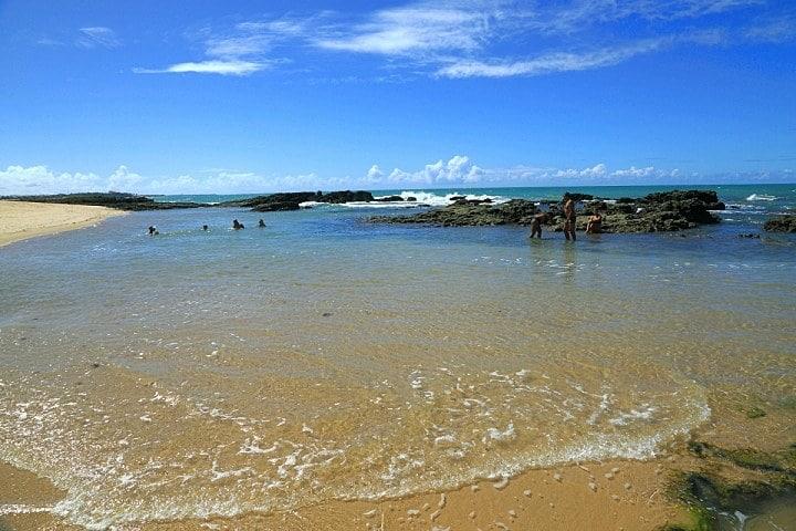 Praia do Coqueirinho - Piscinas naturais e de águas mornas entretem os banhistas