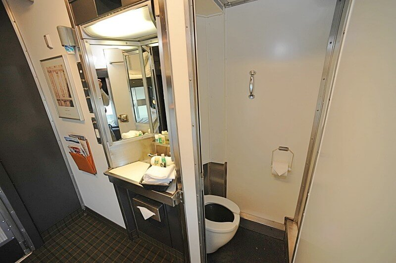 banheiro das cabines the canadian - The Canadian: dicas práticas para cruzar o Canadá de trem